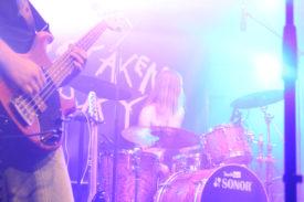 Der Schlagzeuger von Mistaken Moray im Gegenlicht
